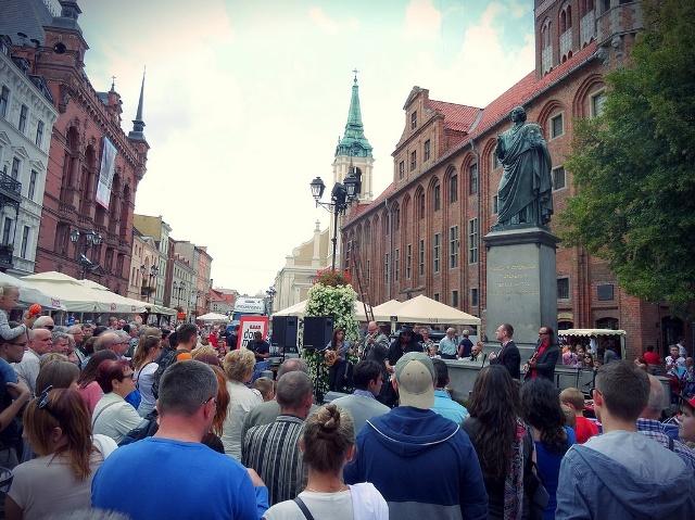 Gamlebyen i Torun, statuen av Nikolaus Kopernikus. Bussturer – Hit The Road Travel