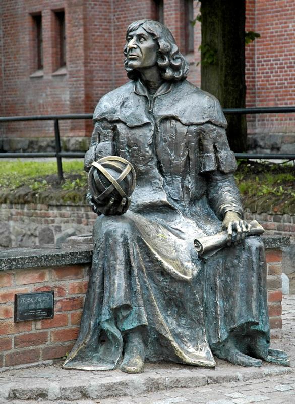 Statue av Nikolaus Kopernikus i Olsztyn. Pakkereiser til Polen – Nikolaus Kopernikus tur – Hit The Road Travel