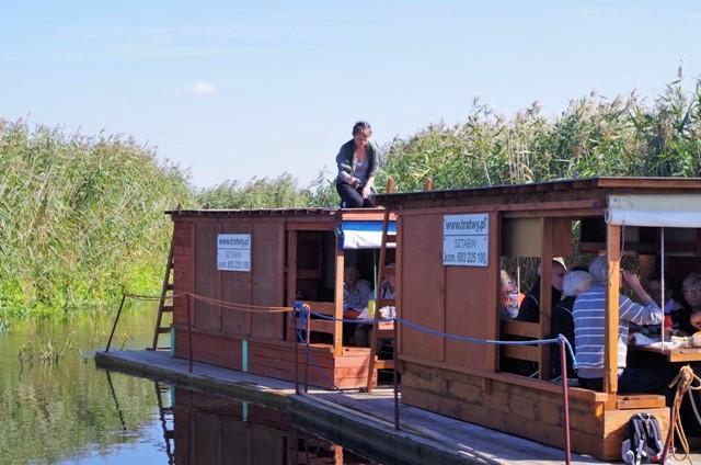 Seniorzy z Västerhaninge na spływie tratwami po Biebrzy