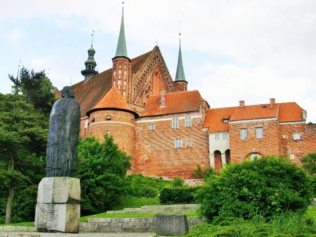 Statue av Nikolaus Kopernikus i Frombork. Pakkereiser til Polen – Nikolaus Kopernikus tur – Hit The Road Travel