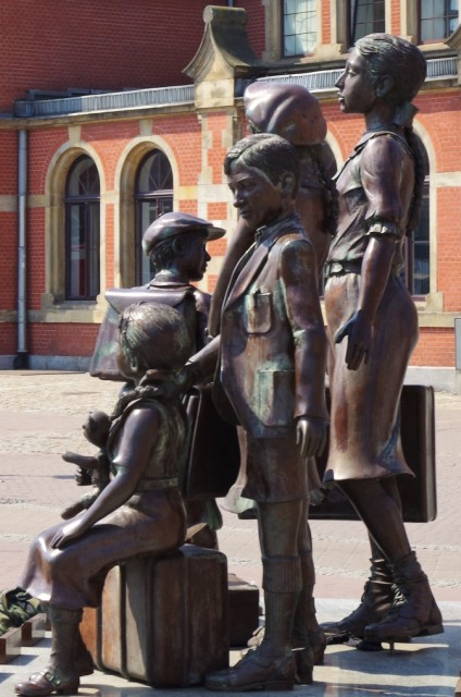 Statue av Kindertransporter i Gdansk. Tur med guide i Gdansk – Hit The Road Travel