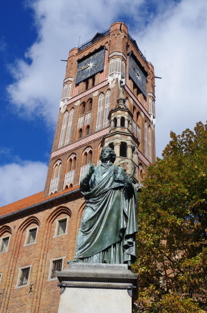 Statue av Nikolaus Kopernikus og rådhus i Torun. Tur til Polen – Hit The Road Travel