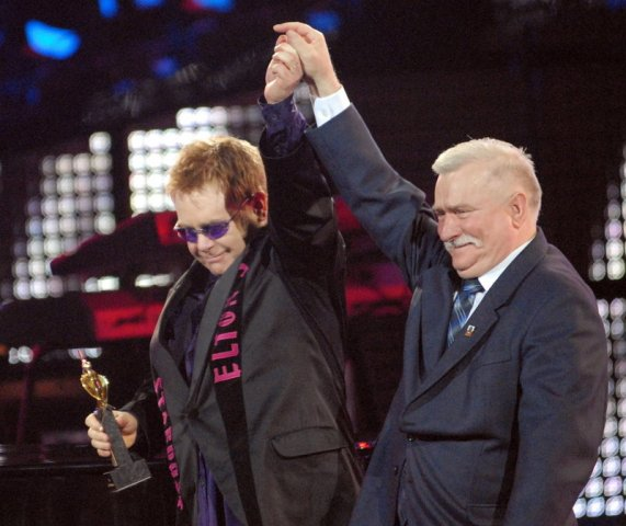 Lech Walesa med Elton John. Gdansk tur – en guidet tur gjennom Gdansk verftet – Hit The Road Travel