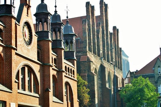 Den gamle historiske markedshallen og St. Nikolas kirke i Gdansk. Bussturer til Polen – Hit The Road Travel