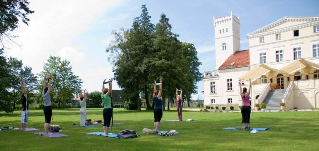 Yoga på Wieniawa slott. Bussreiser til Polen – Hit The Road Travel