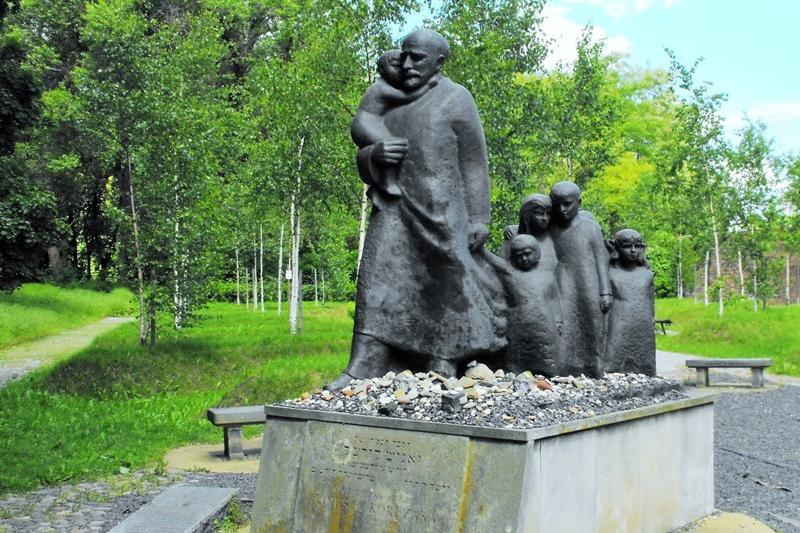 Janusz Korczaks statue på den jødiske kirkegården i Warszawa. Reise til Warszawa – Hit The Road Travel